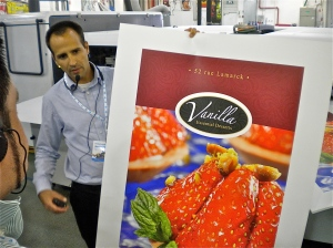 HP Scitex exec Micha Kemelman shows off FB10000 press output